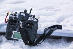 Controle voor quadrocopter onbemand luchtvoertuig in hun handen Royalty-vrije Stock Fotografie