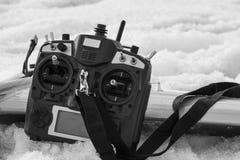 Controle voor quadrocopter onbemand luchtvoertuig in hun handen Stock Foto's