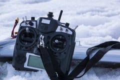 Controle voor quadrocopter onbemand luchtvoertuig in hun handen Royalty-vrije Stock Foto's