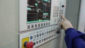 Controlebord in de fabriek, controleknopen de moderne installatie, mens koopt knopen, close-up, binnenland, binnen stock footage
