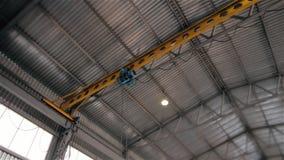Controleer de kraan in de moderne industriële voorraad stock videobeelden