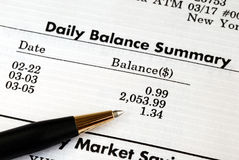 Controleer de maandelijkse bankrekeningsverklaring Royalty-vrije Stock Fotografie