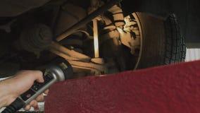 Controleer de opschorting van de auto bij het benzinestation en de controle, diagnostiek stock video