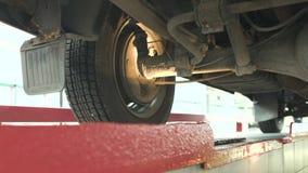 Controleer de opschorting van de auto bij het benzinestation en de controle, diagnostiek stock footage