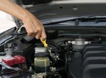 Controleer het olieniveau in motor Royalty-vrije Stock Afbeeldingen