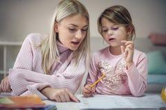 Controleer uw thuiswerk Onderwijs thuis stock foto