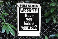 Controleert de automobilisten gesloten autoveiligheid waarschuwing stock afbeelding