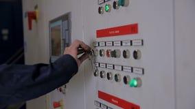 Controlekabinetten, vertoningen bij een elektrohulpkantoor bij elektrische centrale, fabriek stock videobeelden
