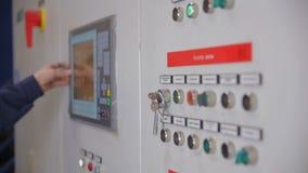 Controlekabinetten, vertoningen bij een elektrohulpkantoor bij elektrische centrale, fabriek stock video