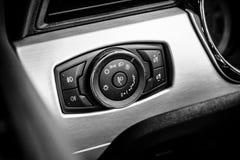 Controleknopen van de koplampen van een poneyauto Ford Mustang 5 Convertibele 0 V8, 2016 Stock Foto