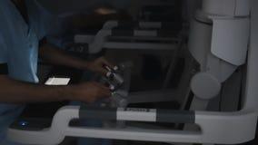 Controlemechanismen van een modern chirurgiehulpmiddel High-tech medische apparatuur bij verrichting stock footage
