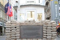 Controlepost Charlie - historische plaats in Berlijn stock foto