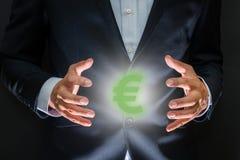 Controlerend geldconcept Muntsymbool - euro teken tussen h stock foto