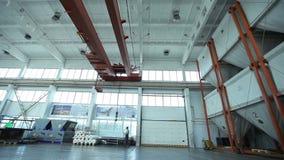Controles de guindaste industriais de trabalho na planta vídeos de arquivo