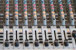 Controles de la consola de mezcla audio Foto de archivo libre de regalías