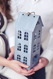 Controles de la familia en la disposición de la casa de las manos Imagen de archivo