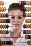 Controles de la muchacha delante del ábaco Imágenes de archivo libres de regalías