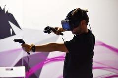Controles de las auriculares y de la mano de HTC Vive de la realidad virtual Imagen de archivo