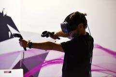 Controles de las auriculares y de la mano de HTC Vive de la realidad virtual Fotografía de archivo