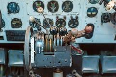 Controles de motor e outros dispositivos na cabina do piloto Fotografia de Stock