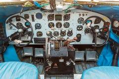 Controles de motor y otros dispositivos en la carlinga Imagen de archivo libre de regalías