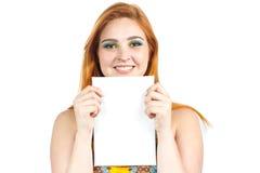 Controles de ojos verdes de la Srta. una tarjeta para el texto Muchacha Redheaded que lleva el co Foto de archivo libre de regalías