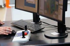 Controles de operador el proceso de medición coordinado Imagen de archivo libre de regalías