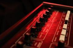 Controles de um synth análogo retro da música na luz vermelha foto de stock royalty free