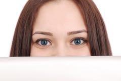 Controles del adolescente delante de la tableta de la cara Imagen de archivo libre de regalías