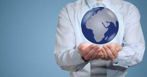 Controles del hombre de negocios o sostener la tierra del mundo disponible Fotografía de archivo libre de regalías