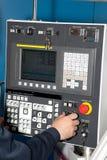 Controles del hombre de un CNC de la máquina Fotografía de archivo libre de regalías