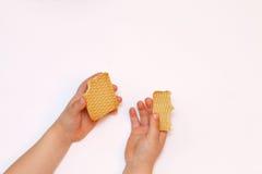 Controles del niño en ambas galletas del nadkushene de las manos Fotografía de archivo