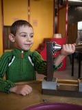 Controles del niño en su detalle de la mano  Fotos de archivo libres de regalías