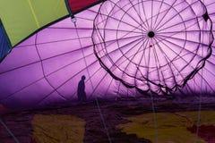 Controles prevuelos por dentro de un globo del aire caliente Fotografía de archivo libre de regalías