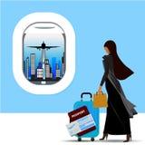 Controles que viajan de la mujer musulmán una maleta, un boleto y un pasaporte en manos en el ejemplo del aeropuerto Imagenes de archivo