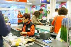 controleteller in supermarkt Stock Afbeeldingen