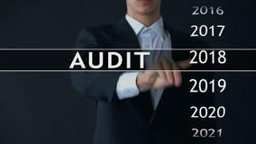 Controleverslag 2020, zakenman vindt gegevens in virtuele archieffinanciële staat stock videobeelden
