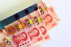 Controllando cento banconote cinesi di yuan con il lig ultravioletto Immagine Stock