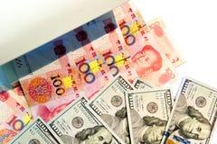Controllando cento banconote di yuan e del dollaro con l'ultravioletto Immagini Stock