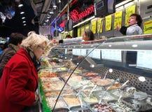 Controllando dietro il vetro su un mercato belga Fotografie Stock