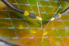 Controllando i microchip sulla lastra di silicio con la stazione della sonda Microelecronics immagine stock