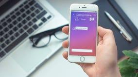 Controllando i nuovi messaggi a datare app sullo smartphone archivi video