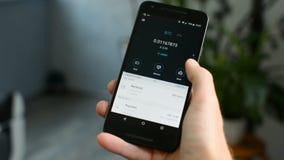Controllando il portafoglio di Bitcoin equilibri sul telefono cellulare, la vostra propria banca in un concetto dello smartphone video d archivio