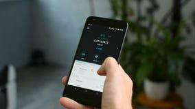 Controllando il portafoglio di Bitcoin equilibri sul telefono cellulare, la vostra propria banca in un concetto dello smartphone stock footage