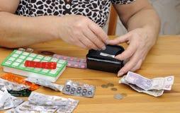 Controllando soldi polacchi per vedere se c'è la medicina fotografie stock