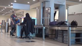 Controlli di sicurezza del passaggio dei passeggeri all'aeroporto di Domodedovo video d archivio