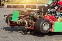 Controlli e regoli il kart di corsa prima della concorrenza, la concorrenza karting, la presa, primo piano, di sintonia fotografie stock libere da diritti