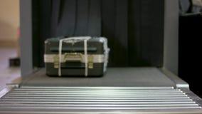 Controlli il bagaglio all'analizzatore dei raggi x dell'aeroporto Prova della macchina di raggi x del bagaglio del fuoco selettiv archivi video