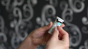 Controlli il risultato dell'analisi di sangue sulla casa dello zucchero archivi video