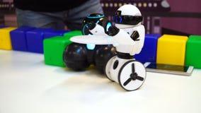 Controlli il robot con il telefono cellulare astuto il app UHD stock footage